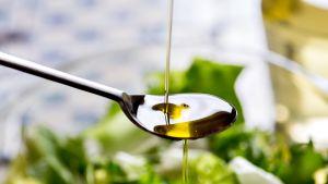 Oliiviöljyä lusikassa.