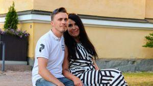 Toni Tapio ja Katja Haapakoski tapasivat Tinderissä. Kahdessa vuodessa parin tie on vienyt alttarille.