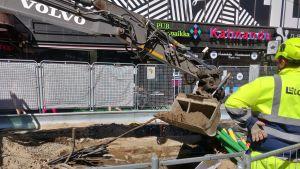 Kauhakuromaajalla kaivetaan kuoppaa Hämeenkadulla