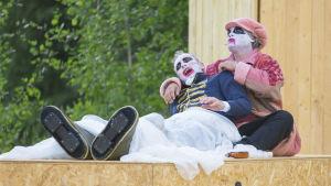 Nöyttelijä Michel Pouls esittää Daniel Cajanusta samannimisessä oopperassa Kajaanin Paltaniemellä