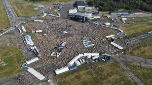 Yleisöä Malmin lentokentällä Ed Sheeranin konsertissa.