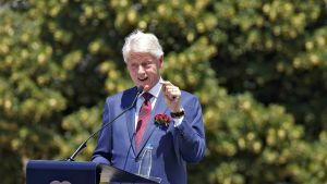 Bill Clinton kuvattuna Kosovon matkallaan 12. kesäkuuta 2019.