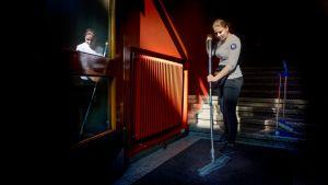 Janina Henttonen siivoaa rappukäytävää