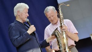 Bill Clinton ja Anders Wiklöf ihailivat saksofonia Maarianhaminassa