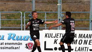 Pyry Lampinen tuulettaa maalia, oikealla Jeronimo Amione. FC Lahti