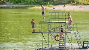 Ihmisiä uimahyppytornissa Kokonniemen maauimalassa Porvoossa 26. heinäkuuta 2019.