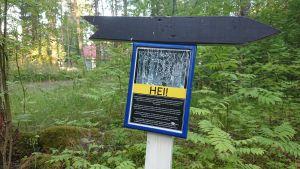 Joensuun Hasanniemeen pystytetty kyltti, jossa kerrotaan tulevasta mielenilmauksesta.