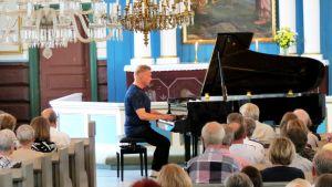 Pianisti Iiro Rantala esiintyy Lemin musiikkijuhlilla kirkossa.