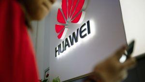 Huawein mainosvalo myymälässä Pekingissä.