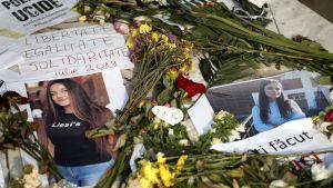 Kukkia ja kaksi kuvaa 15-vuotiaasta uhrista.