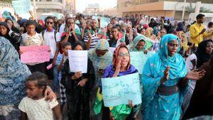 Sudanilaiset opiskelijat osoittivat tiistaina mieltään viiden ihmisen kuoltua tarkka-ampujien luoteihin edellisen päivän mielenosoituksissa.