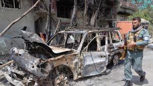Afganistanin turvallisuusjoukot tutkivat pommi-iskussa tuhoutunutta autoa Kabulissa