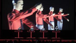 Kraftwerk  esiintyy Düsseldorfissa.