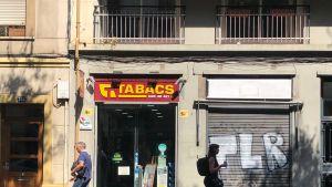 Espanjassa on tupakkamonopoli eli tupakkatuotteita ei myydä tavallisissa kaupoissa, vaan niille tarkoitetuissa kaupoissa. Lisäksi tupakkaa voi ostaa usein baareissa ja ravintoloissa olevista automaateista.