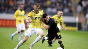 AIK:n Tarik Elyounoussi ja Mariborin Alexandru Cretu taistelevat pallosta.