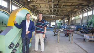 Kuvassa: Elcoline Groupin toimitusjohtaja Leif Backman (vas.) ja SVS:n perustajiin kuuluva toimitusjohtaja Markku Korpivaara.