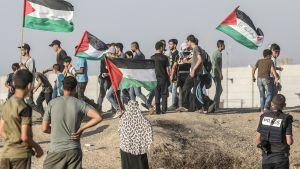 Palestiinalaiset osoittavat mieltään lähellä Israelin rajaa.
