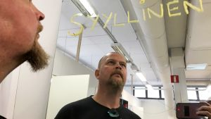 Timo Osmonen katsoo sotkuja Nokialla.