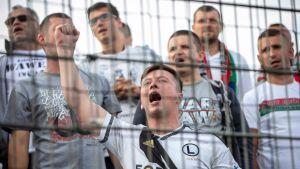 Legian fanit kannustavat omaa joukkuetta euro-ottelussa Kuopiossa.