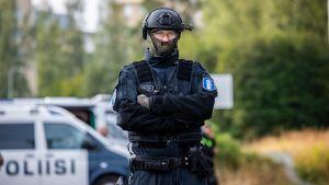 Poliisi erikoisvarusteissa valvomassa europeliä Kuopiossa.