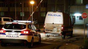 Poliisiautoja Kroatian pääkaupungissa Zagrebissa. Arkistokuvaa.
