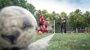 Junioreita jalkapallokentällä.