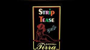 Stip tease -valomainos Tirra-ravintolan seinällä
