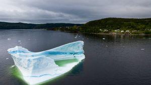 Jäävuori kelluu lähellä King's Pointin rannikkoa Kanadassa.