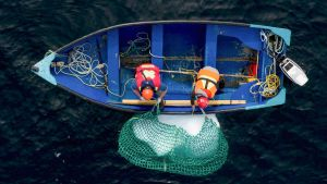 Blair Baker ja Taylor Lindsorn poimivat verkolla merestä jäävuoren palasta veneeseensä.