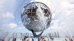 Ihmiset vilvoittelevat suihkulähteessä New Yorkissa.