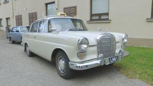 vanha taksi Kajaanin taidemuseon pihalla