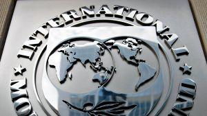 IMF:n logo rakennuksen seinässä.