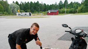 Mikko Hintsanen ja moposkootteri.