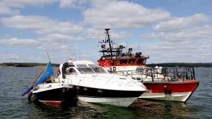 Onnettomuusveneitä hinataan satamaan.