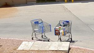 Asiakkailta jääneet ostoskärryt ostoskeskuksen edustalla El Pasossa.