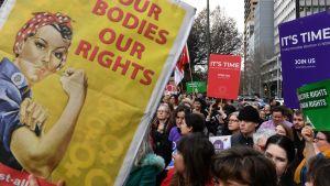 Mielenosoittajia aborttioikeutta puolustavien kylttien kanssa.