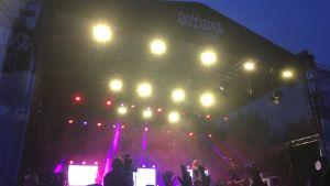 Ellinoora esiintyi perjantaina Satama Open Air -festivaaleilla.