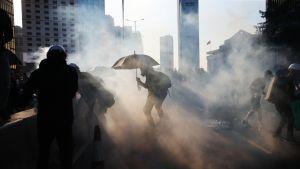 Poliisi laukaisi kyynelkaasua mielenosoittajien joukkoon Hongkongin keskustassa Admiraltyn alueella 5. elokuuta 2019.