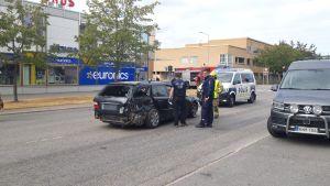 Poliisi tutkii kolariautoa
