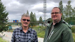 Timo Hyvärinen ja pääluottamusmies Markku Karvinen työskentelevät Kiteen sahalla.