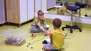 Lapset leikkivät