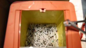 Käytettyjen huumeruiskujen ja -neulojen keräysastia Lahden terveysneuvontapiste Jelpissä.