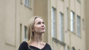 Julia Koskiniemi Tammelan ala-asteen pihassa.
