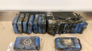 Rannalta löydettyjä kokaiinipaketteja.