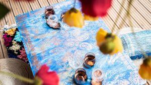 Somistaja Sarianne Solio muokkasi kaatopaikalle menossa olleen vanhan sinisen pöydän on matalaksi teepöydäksi, joka on nyt Kouvolan Asuntomessuilla trash design -sisustusesineenä.
