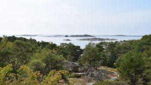 Örön kallioilta näkee hyvällä säällä Bengtskärin majakalle saakka.