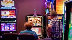Anonyymi pariskunta pelaa rahapelejä Casino Helsingissä.