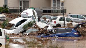 Tuhoutuneita autoja.