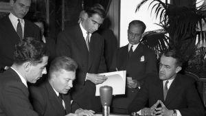 Geneven sopimuksia allekirjoitetaan.
