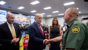 Presidentti Donald Trump ja hänen puolisonsa Melania Trump tapasivat El Pason viranomaisia 7. elokuuta 2019